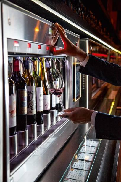 Máquina que conserva as garrafas, na qual o próprio cliente se serve