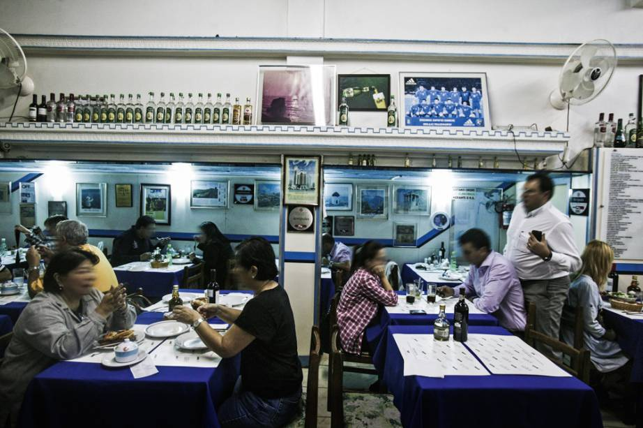 Restaurantes e casas de shows lotados: redação usou trenas para comprovar que havia cada vez menos espaço e privacidade para os paulistanos