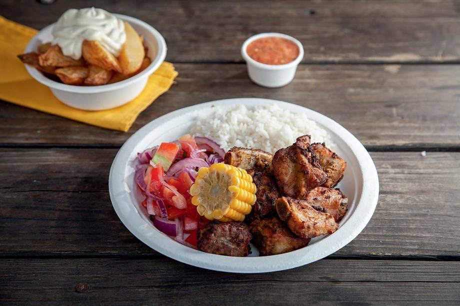 Pê-efe: costelinha suína, arroz, vinagrete, milho e um acompanhamento de batata
