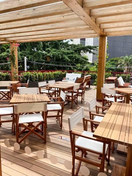 Fábrica de Dengo: mesas na área ao ar livre