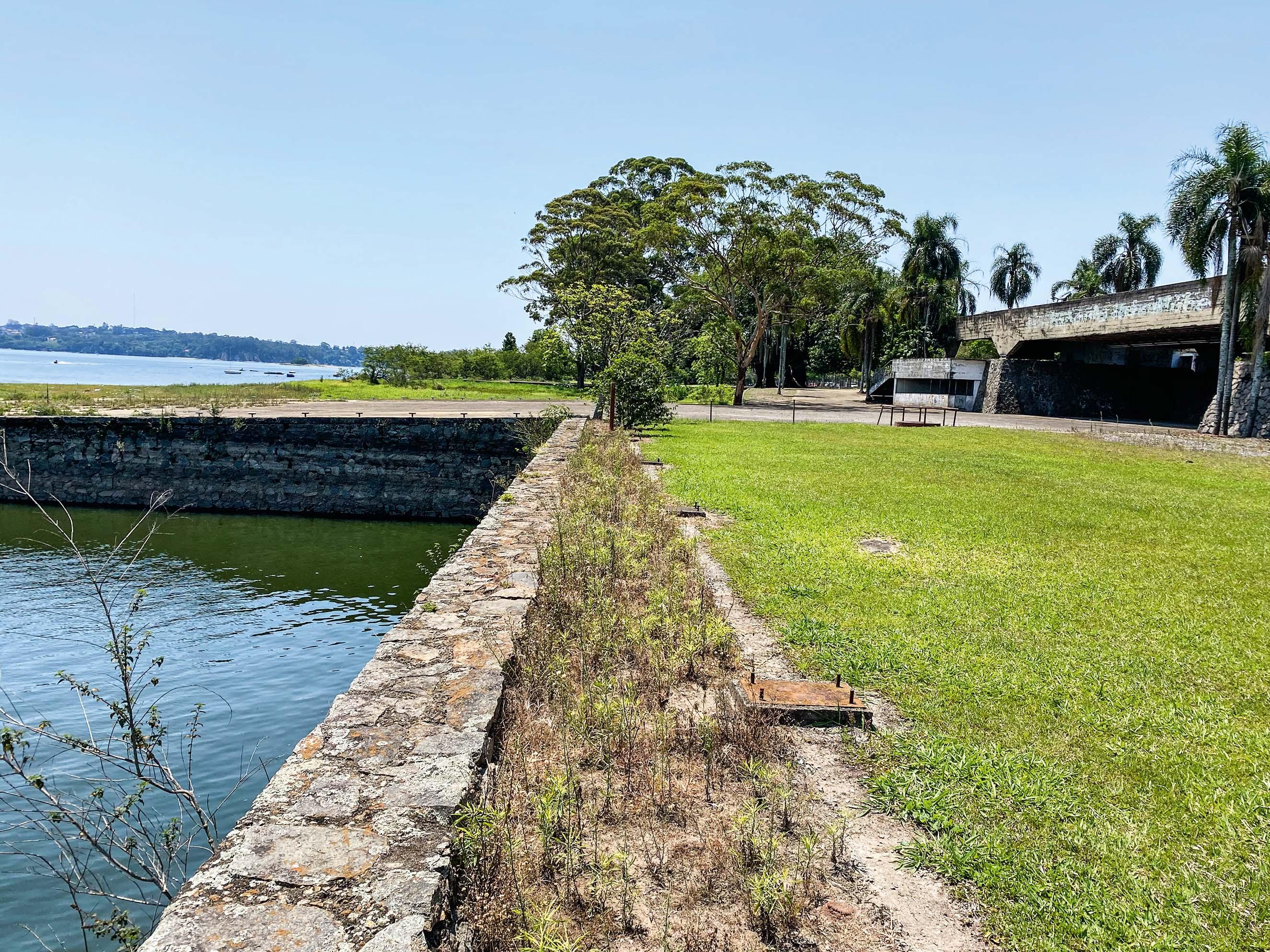 Ruínas do antigo Santapaula Iate Clube: trinta anos de abandono