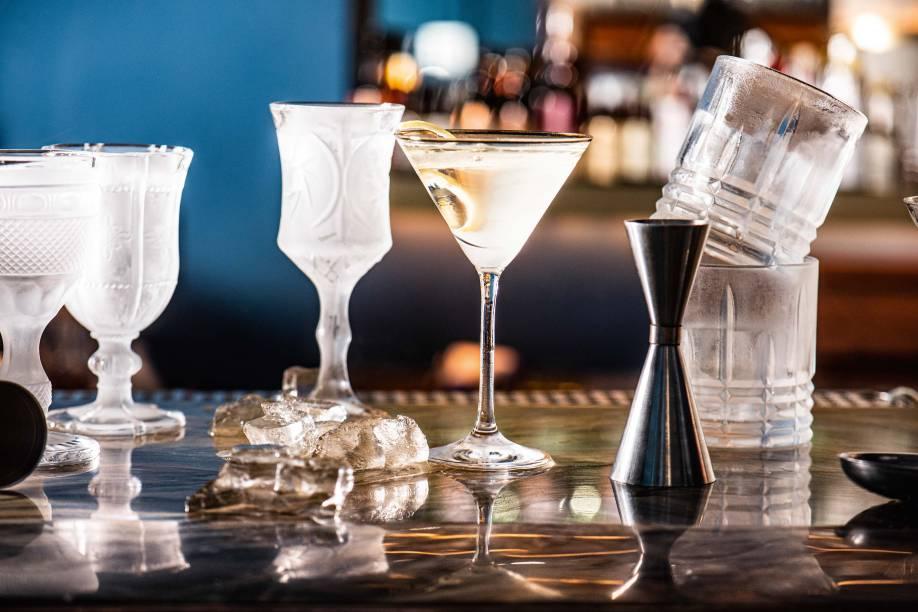 Self starter, uma das grandes misturas servidas no bar, em taças e copos previamente resfriados