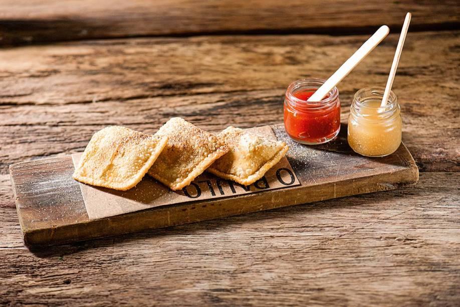 Pastel de queijo da serra da Estrela com compotas de maçã verde e pimentos