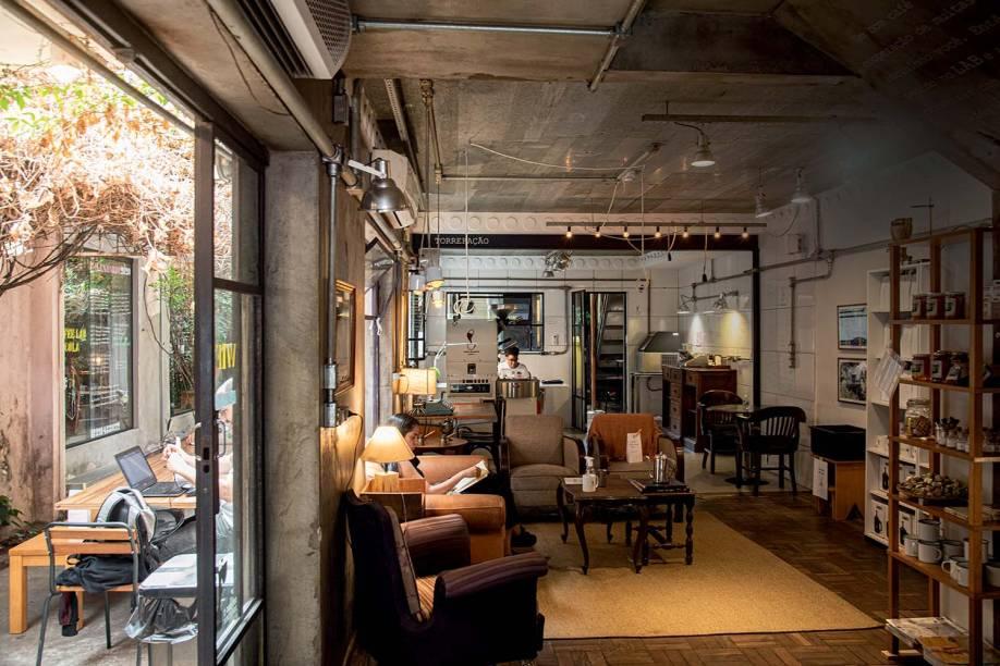 O salão é um agradável espaço tanto para quem passa para bebericar o líquido fumegante como para quem quer trabalhar