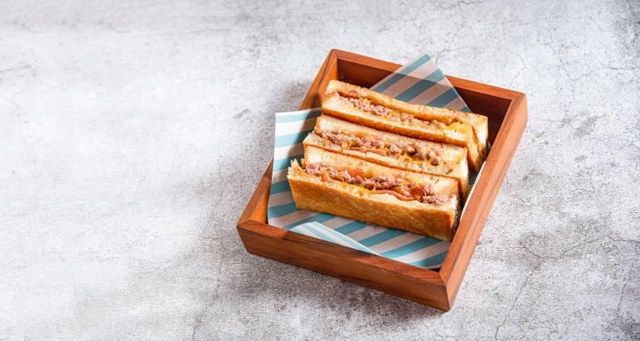 Prensadinho: tem 90 gramas de peito e acém bovinos moídos e grelhados, mix de queijos, tomate e bacon no pão de fôrma