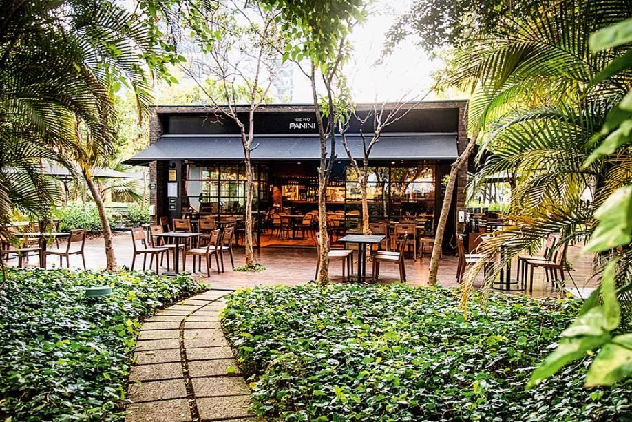 Embora fique entre edifícios comerciais, a unidade do Itaim Bibi dá vista para um agradável jardim