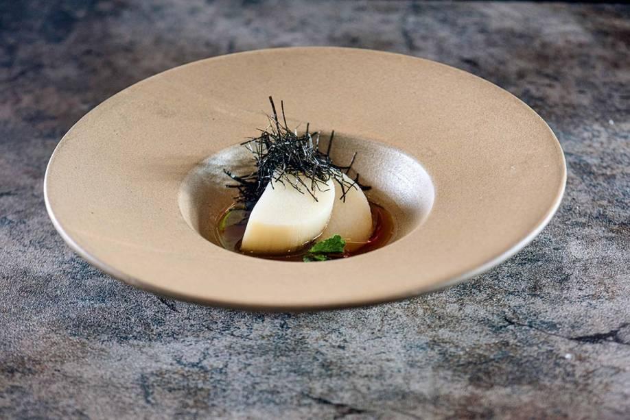 Palmito pupunha no caldo do próprio cozimento com tiras finas de alga nori e hortelã