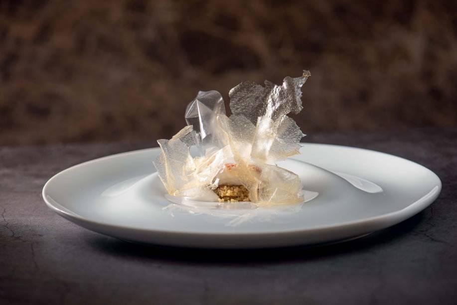 """O pargo sobre cuscuz de farinha de mandioca do Uarini, envolto em """"plásticos"""" comestíveis"""