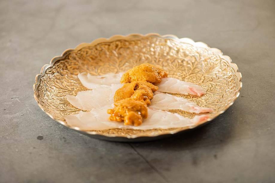 Sashimi duplo: garoupa com ouriço-do-mar