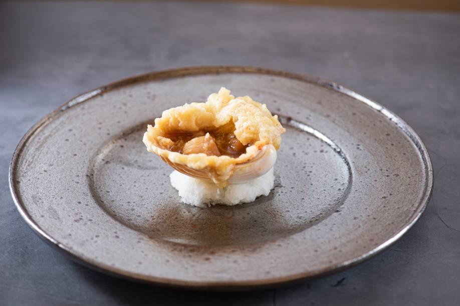 Sopinha frita: escondidos na concha coberta de creme de cará está o caldo de peixe com vieira laminada e camarão