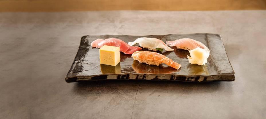 Seleção de sushis: toro, pargo com shissô, carapau, tamagoyaki e camarão (da esquerda para a direita, a partir da fileira de trás)