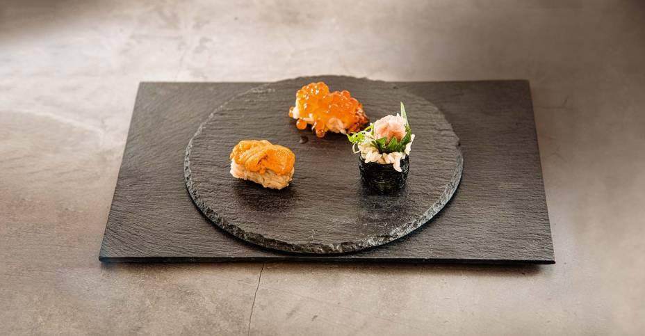 Sushis: ouriço-do- mar, ovas de salmão eenrolado de atum com cebolinha e shissô