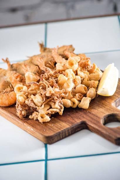 Frito misto: tentadoramente sequinho, composto de baby lula, camarão e manjubinha