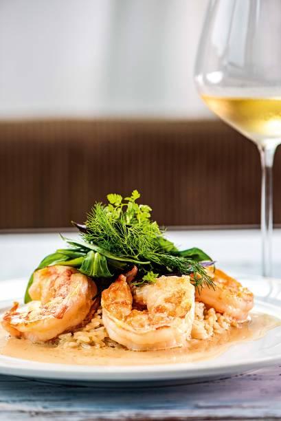 O camarão comarroz ao molho de champanhe reúne sutileza e riqueza de sabor