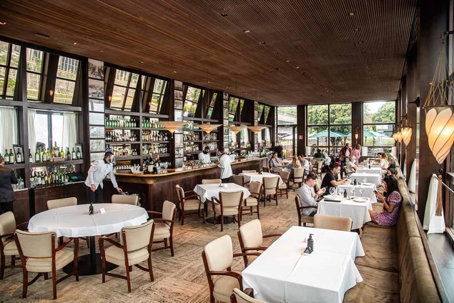 O salão desenhado por Isay Weinfeld é cenário para as caprichadas refeições