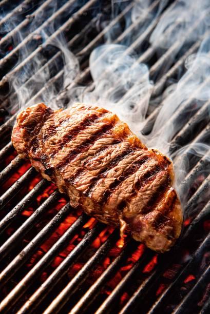 De estilo argentino, o bife de chorizo se beneficia dos efeitos da grelha a carvão e ganha aroma de tostado