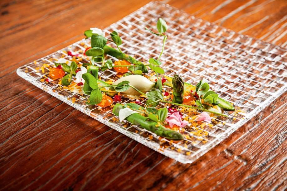 Aspargo e ovas: combinação da hortaliça fresca, um sorvete feito com ela, ovas de truta, bottarga e gema caipira curada com brotos e flores