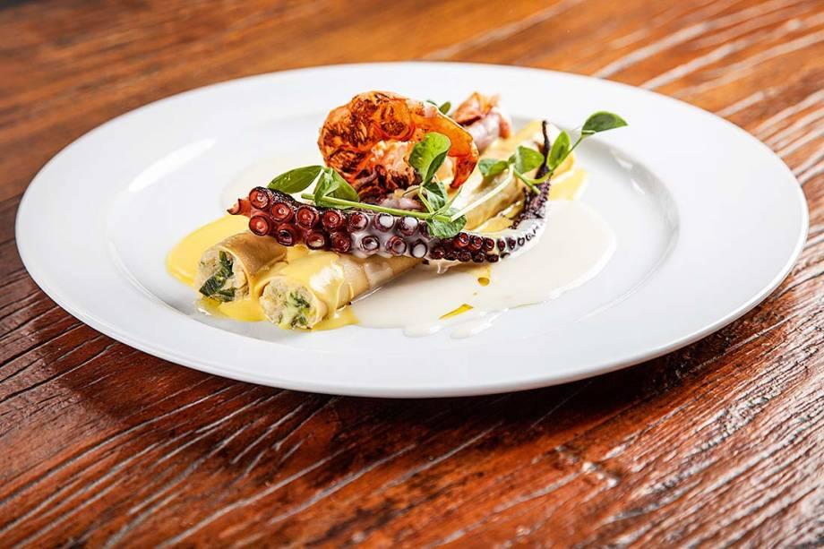 O canelone de peixe com alho-poró: molho de açafrão é coroado de camarão, polvo e lula, todos grelhados