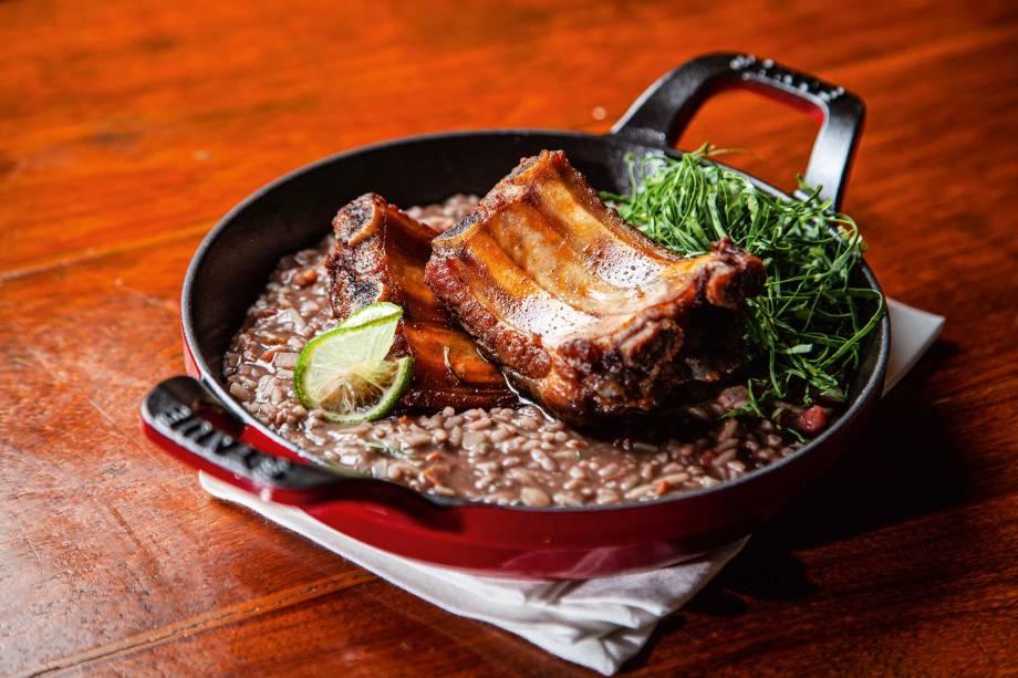 A costelinha de porco confitada com risoto mulato e couve é criação de Mara Salles