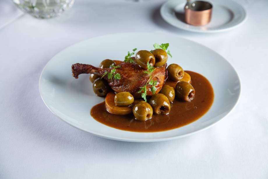 Coxa de pato braseada: com azeitonas e batatas