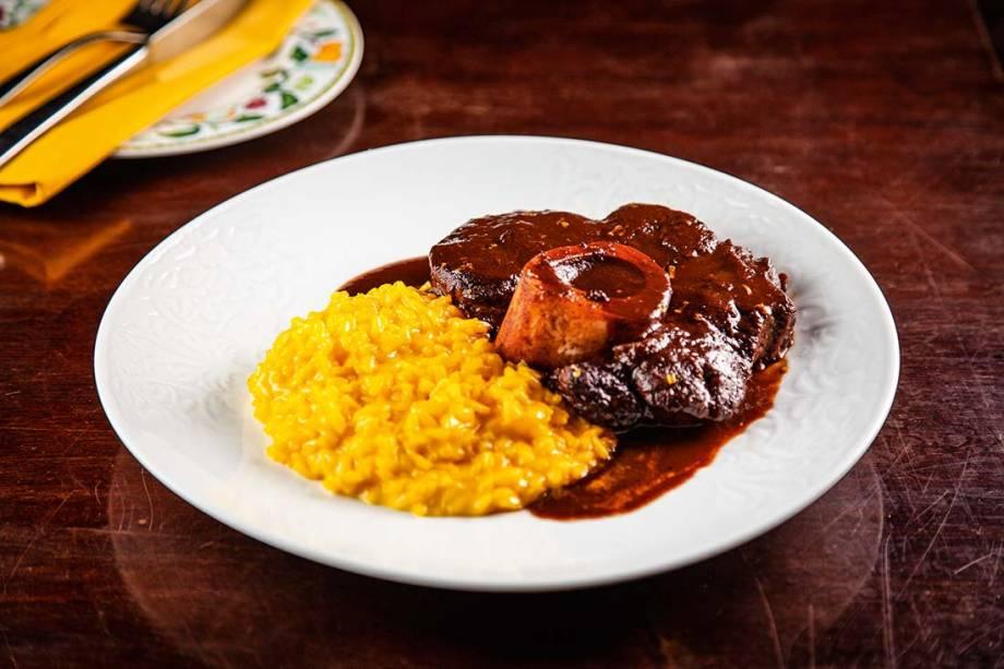 Ossobuco é servido com risoto de açafrão