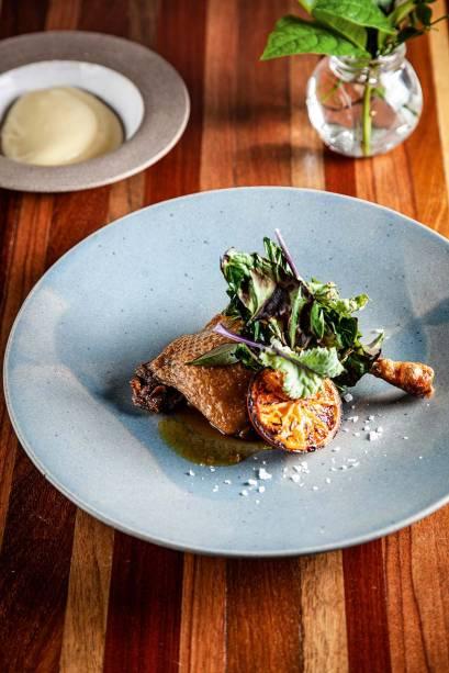 Pato confitado: com purê de batata com alho-poró e laranja grelhada