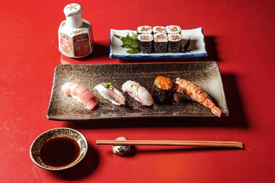 A degustação de sushis pode ter atum toro espanhol, carapau com gengibre e cebolinha, garoupa, ouriço-do-mar e camarão