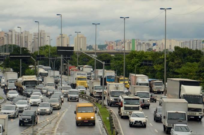 A pista expressa da Marginal Tietê chegou a ficar intransitável na altura da Ponte das Bandeiras