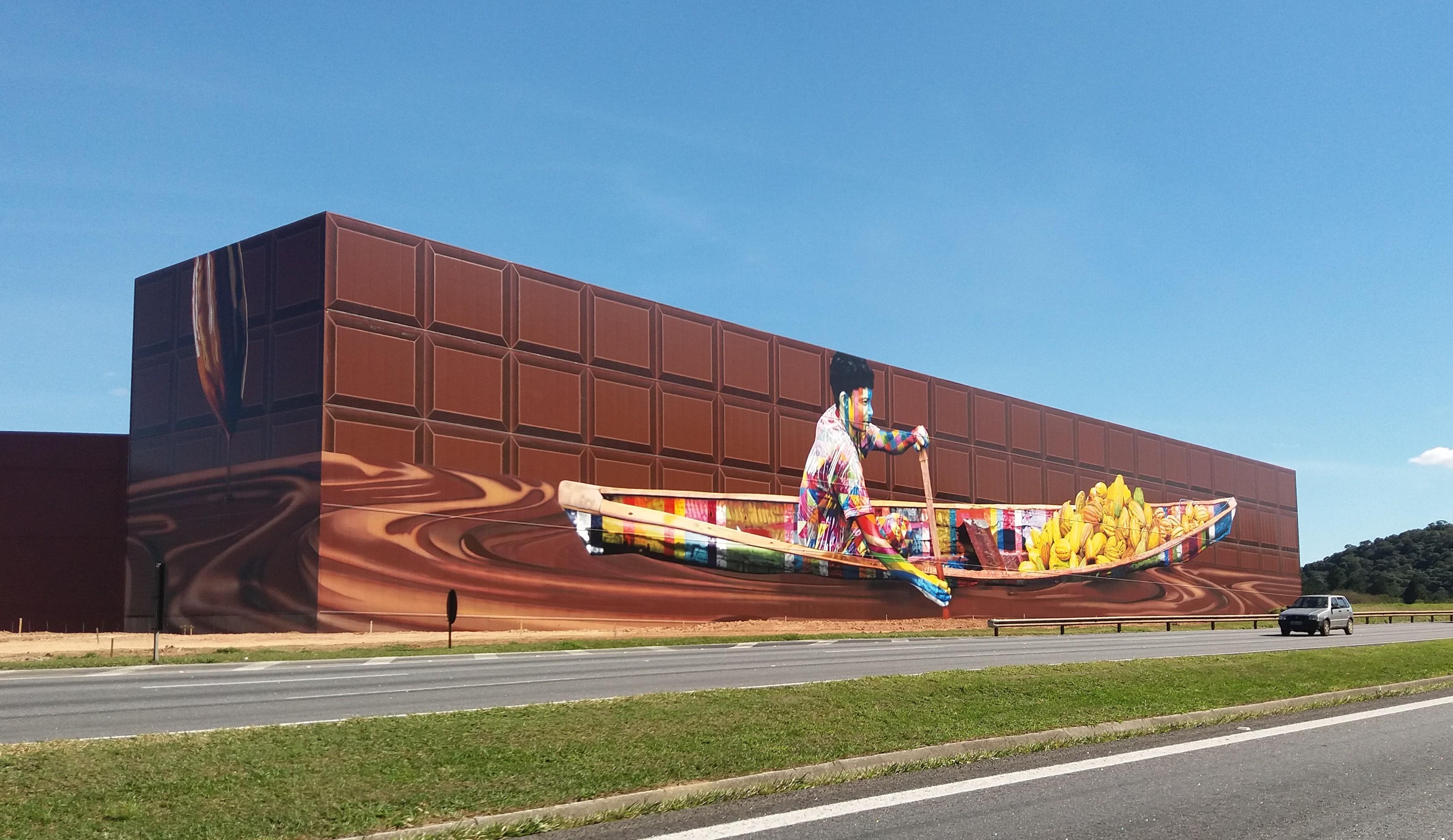No quilômetro 35 da Rodovia Castello Branco, painel Chocolate tem mais de 5 mil metros quadrados e é considerado um dos maiores do mundo.