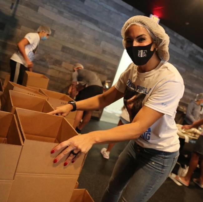 Joana Prado em ação: ação beneficente em um dos de seus empreendimentos