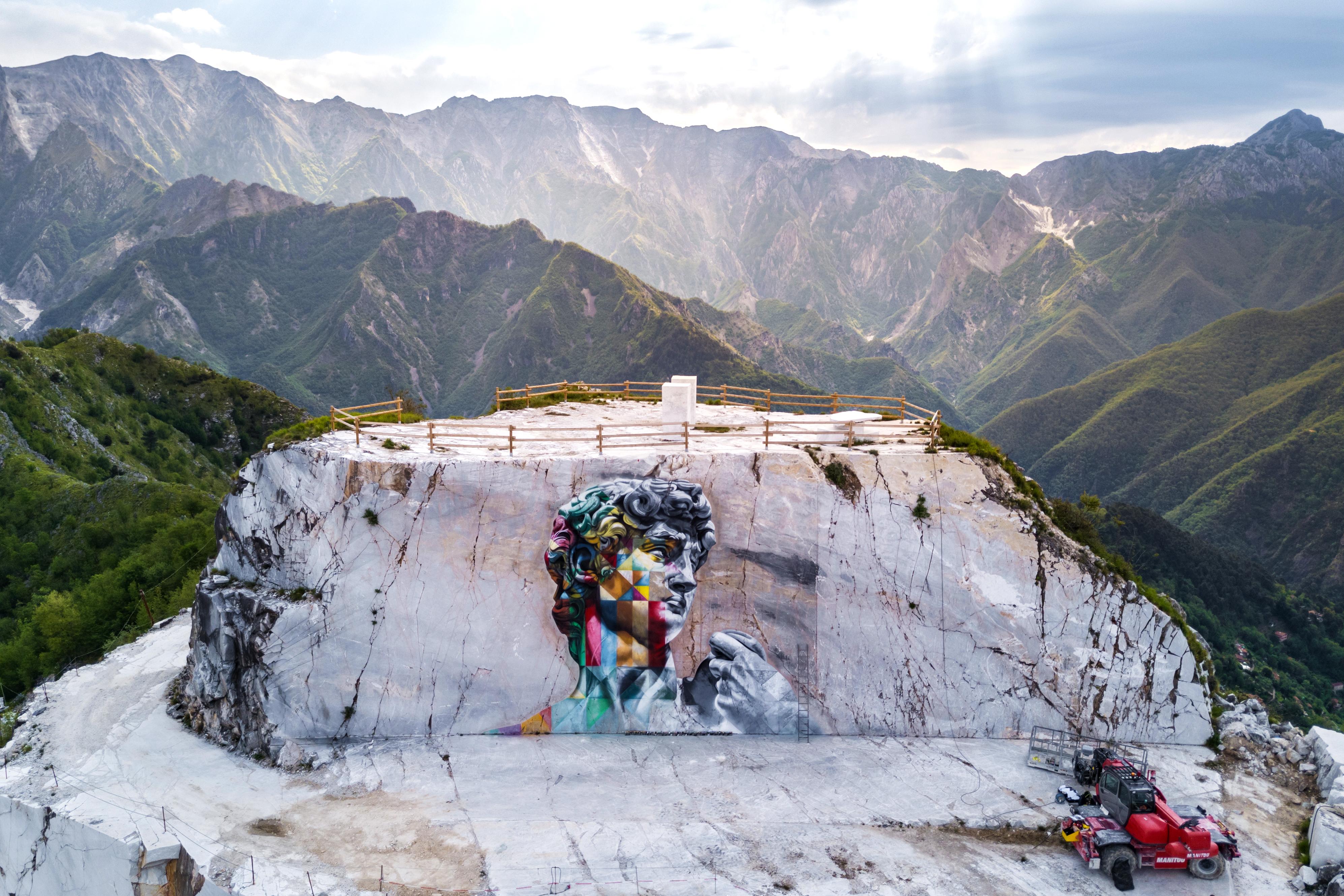 Em Carrara, na Itália, mural de 12 metros de altura foi pintado a mil metros de altitude, em uma pedreira. O local é conhecido como o predileto do artista Michelangelo, que buscava ali o mármore utilizado em suas obras