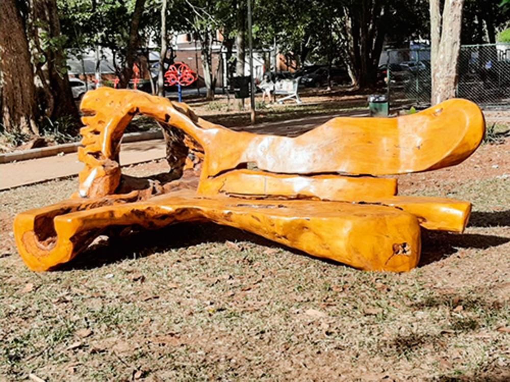 Designer Hugo França reaproveita resíduos florestais para a produção de esculturas mobiliárias; banco na Adolph Bloch foi pago por moradores do bairro