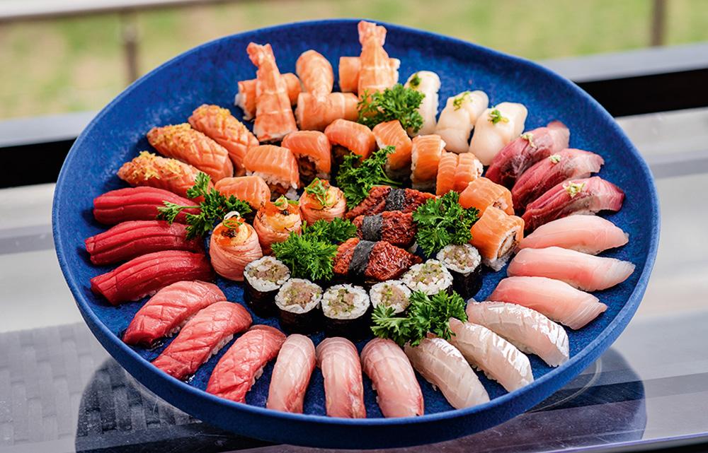 By Koji: combinado com atum de sushi gordo, barriga de salmão e outras opções