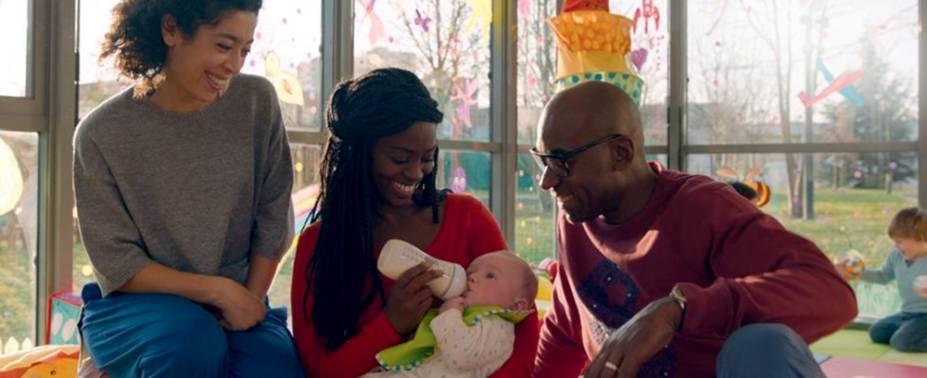 Ele Até Tem Seus Olhos mostra bebê branco adotado por paisnegros: situaçõesde preconceito