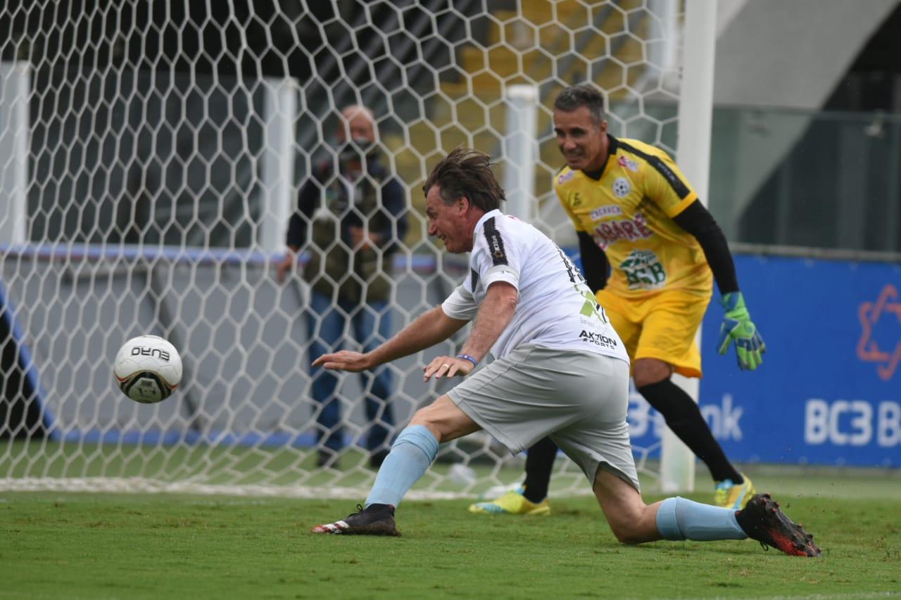 Presidente Jair Bolsonaro marca um gol durante partida do jogo