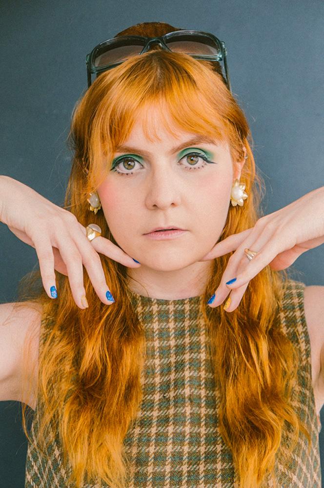 Vocalista de banda de rock, Julia escolheu presentear parentes com músicas gravadas em casa