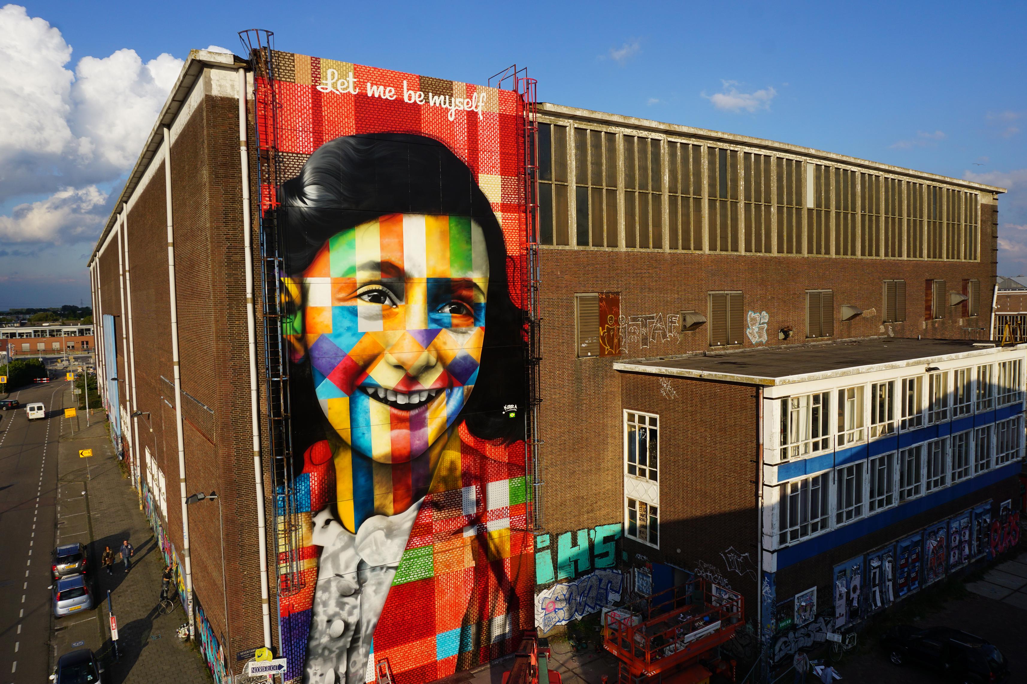 Mural de Anne Frank com dizeres