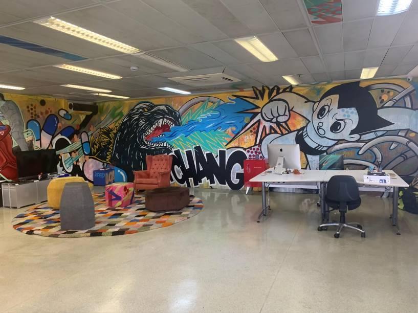 Detalhes da redação: paredes grafitadas com temas da cultura pop