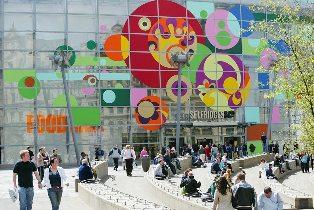 Incursão inglesa: mural feito na fachada da loja Selfridges, que fica em Manchester, evidencia sua circulação para além do circuito tradicional