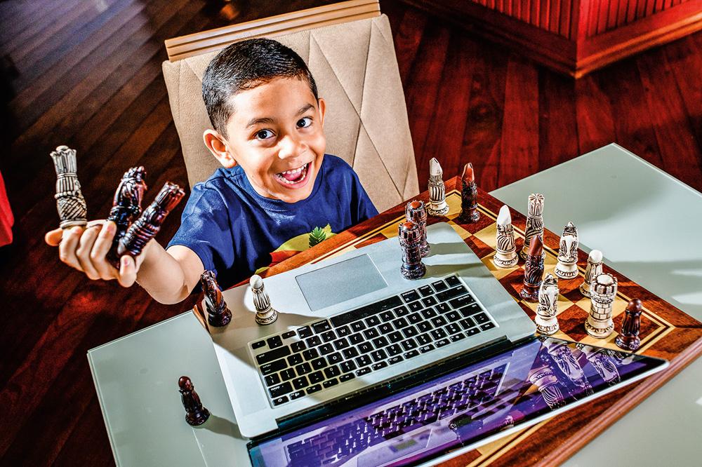 Também feito para crianças: Miguel aprendeu xadrez aos 6 anos pelo computador