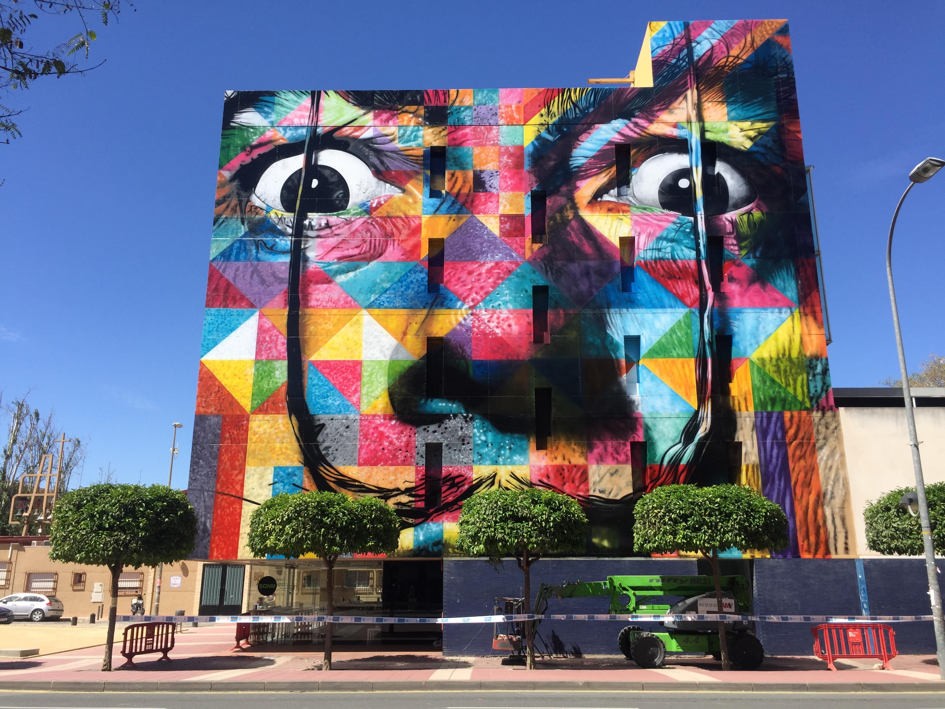 Salvador Dalí, pintura de Kobra na fachada de centro cultural em Murcia, na Espanha.