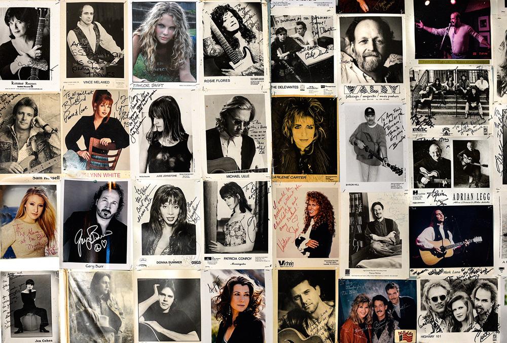 Várias pequenas fotos de grandes artistas que passaram pelo Bluebird Cafe