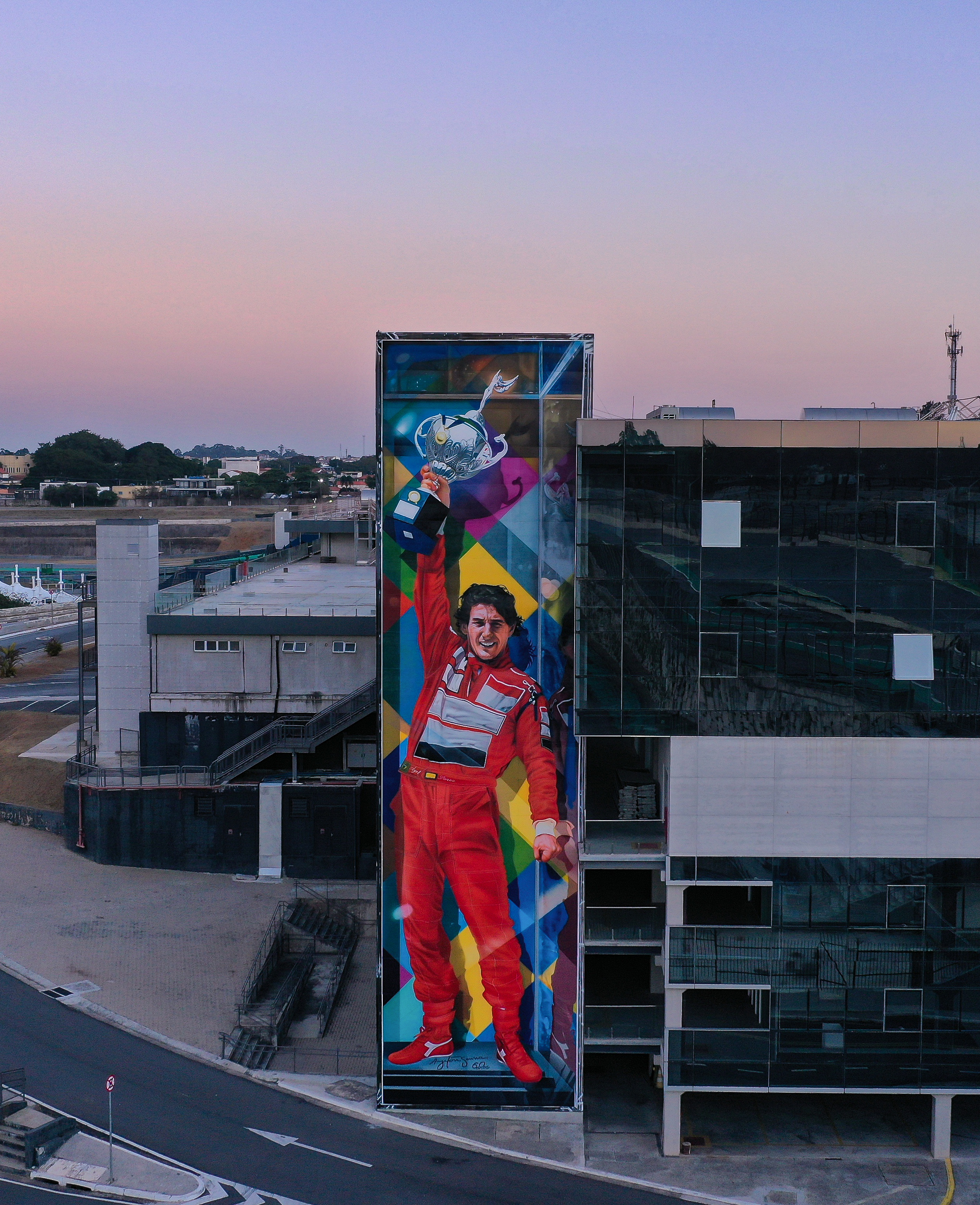 Em Interlagos, mural registra momento icônico de Ayrton Senna.