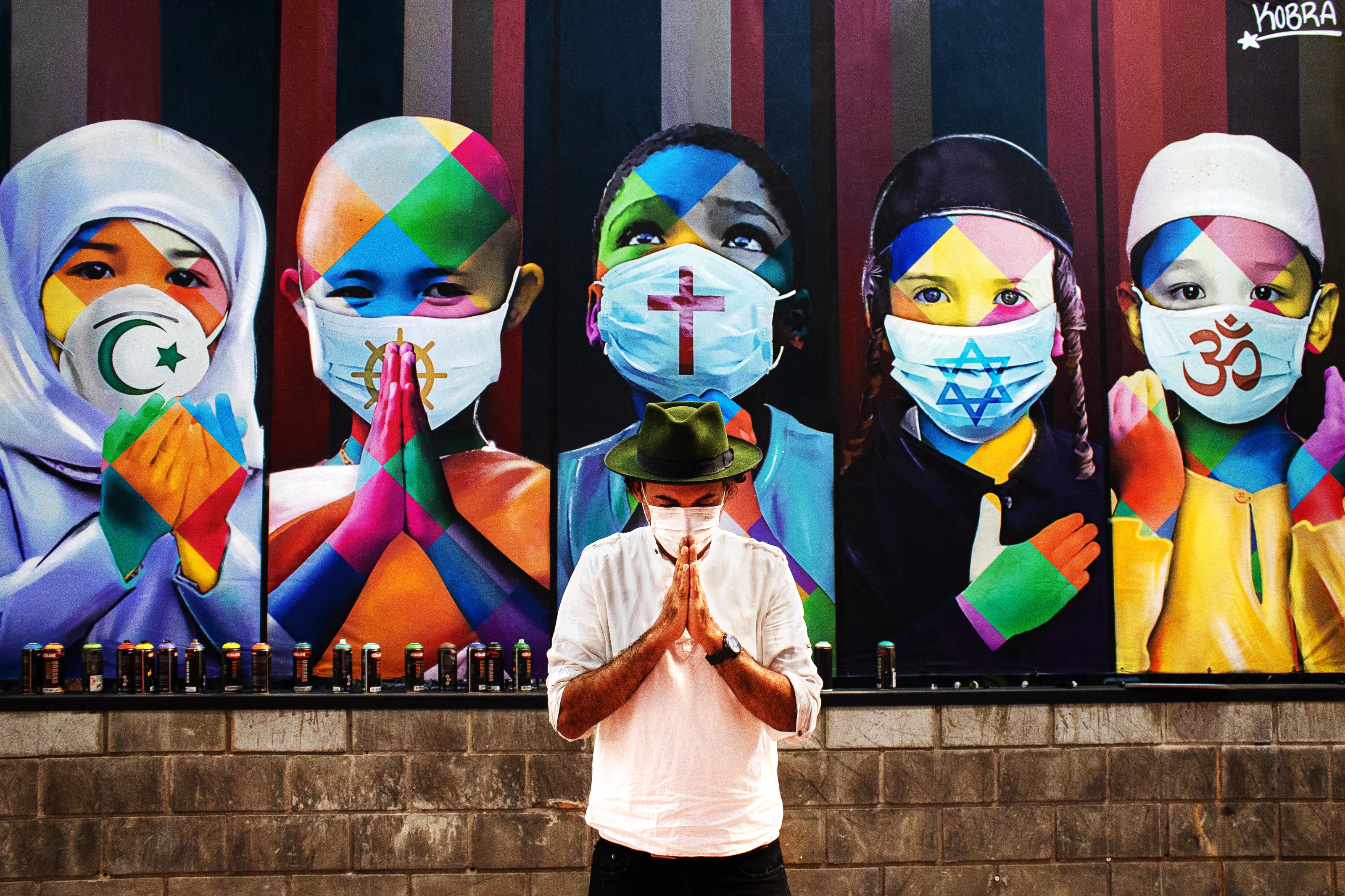 Cinco crianças em oração representam os cinco continentes do planeta e cinco religiões em obra de Kobra exposta em Itu, interior paulista.