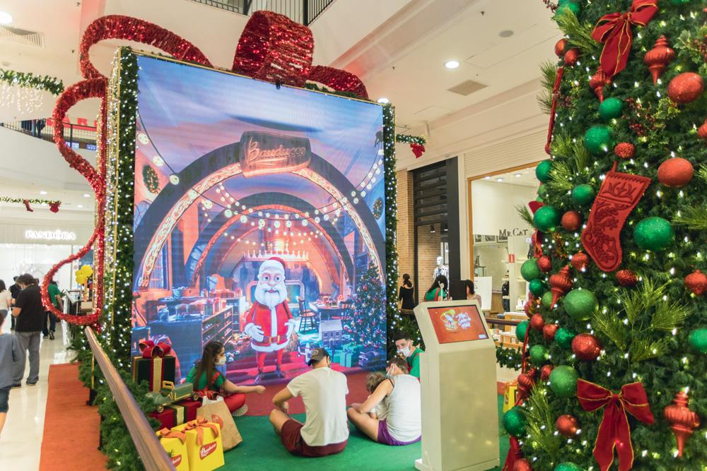 Shopping Metrô Santa Cruz: um ator guia o Papai Noel virtual nos bastidores durante a conversa