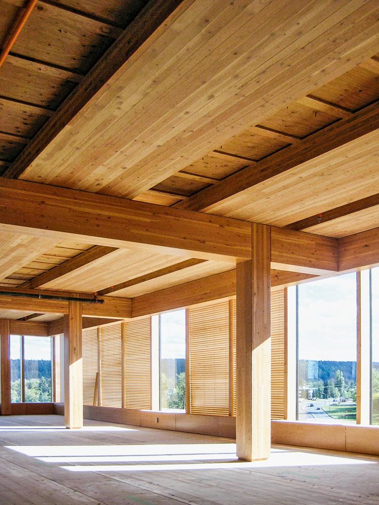 Wood Innovation and Design Centre, no Canadá: projeto de Michael Green Architecture foi construído em 2014 com madeiras expostas como parte da decoração.