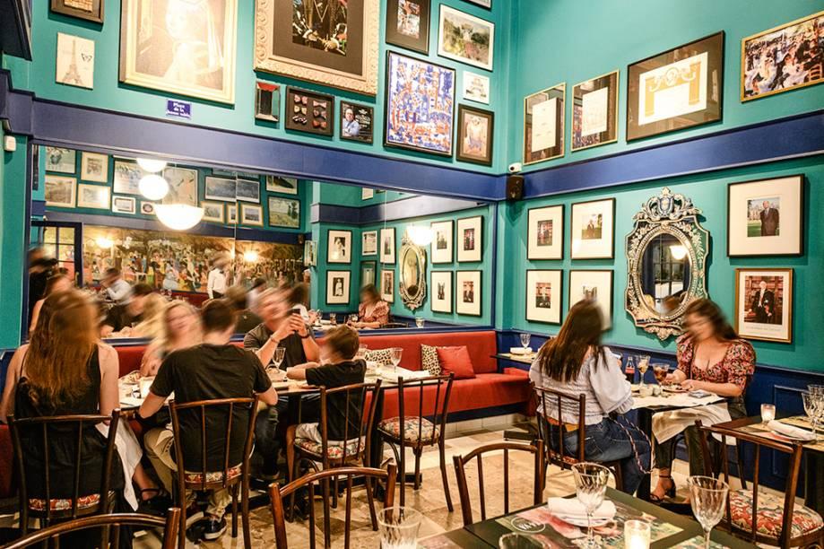 Ça-Va: salão com paredes de cores azul e verde