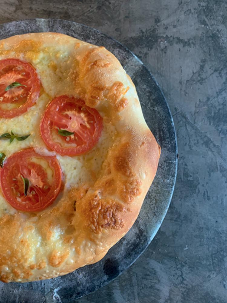 Pizza margherita: com com muita muçarela, tomate e manjericão
