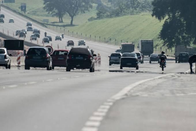 movimento de carros em rodovia paulista