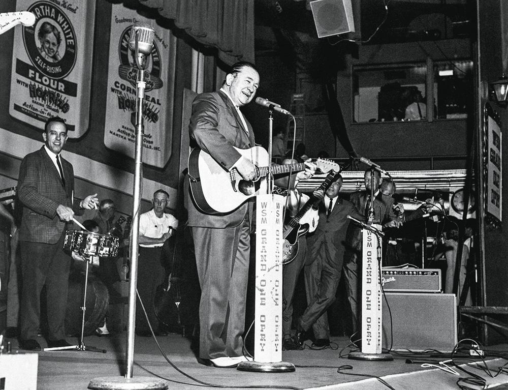 Foto em preto e branco de uma apresentação no Grand Ole Opry